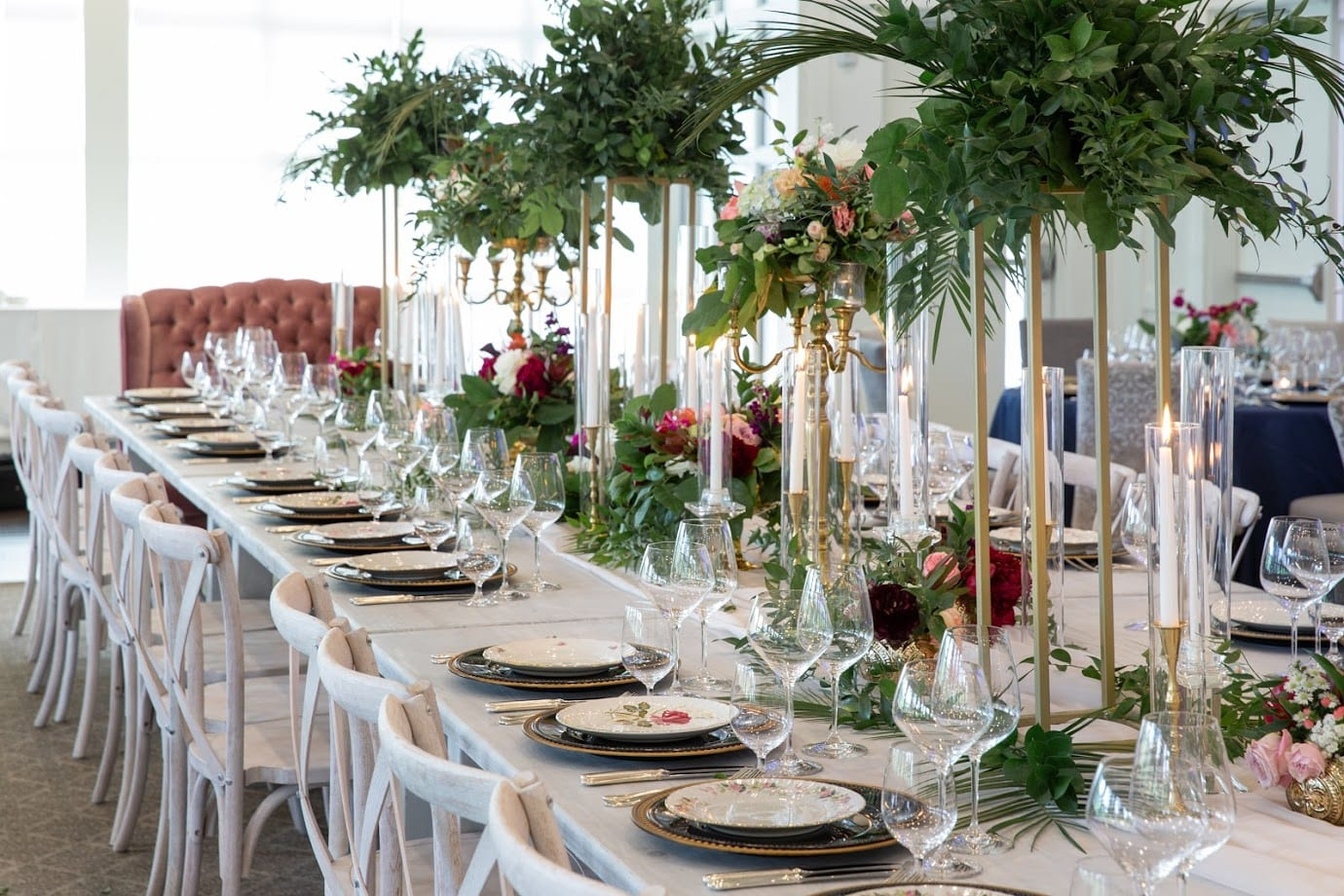 Fresh Look Design long wedding table with candles and greenery